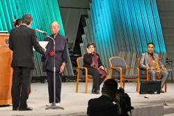 殿堂入りの表彰を受ける山折哲雄氏(左から2人目)ら=京都市左京区・国立京都国際会館