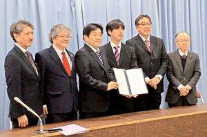 災害時協力の合意書を披露するFMラジオ局の代表者(大津市・県庁)