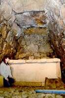 一般公開された物集女車塚古墳の石室(京都府向日市物集女町)