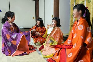 彬子さま(左)と一緒に伝統的な装束を着た子どもたち=26日午後2時10分、京都市北区・上賀茂神社