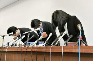 教諭いじめ問題で、頭を下げる市立東須磨小の仁王美貴校長(右)ら=9日、神戸市