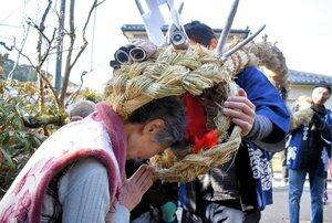 大蛇の口に頭を差し出して、無病息災を祈る住民(宮津市今福)
