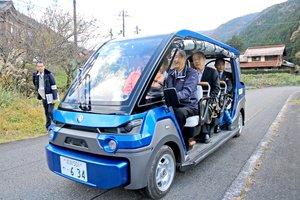集落を自動走行するゴルフカート型の車両(東近江市黄和田町)