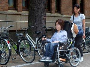 この日は公的介助のヘルパーとキャンパスで過ごす油田さん(京都市左京区・京都大)