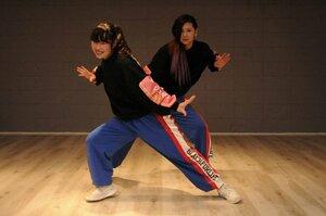 ダンスの練習をする櫻谷さん(手前)と広嶋さん=向日市寺戸町