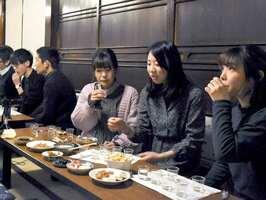日本酒サークルの設立イベントで各地の地酒の飲み比べを楽しむ学生たち(16日、京都市伏見区・龍谷大深草町家キャンパス)
