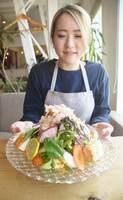 TFTメニューとして提供している「豆腐とかつお節のサラダ」(野洲市小篠原・SPOON野洲本店)