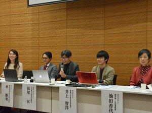 記者会見で薔薇マークキャンペーンの趣旨などを説明する松尾教授(中央)や西郷さん(左端)ら=東京都内