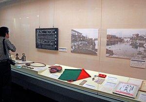 廃線50年を記念し、江若鉄道の歴史をたどる写真や資料が展示された会場(大津市御陵町・市歴史博物館)