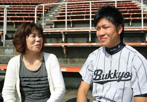 大野雄大選手と母親の早苗さん(2010年10月、京都市右京区)