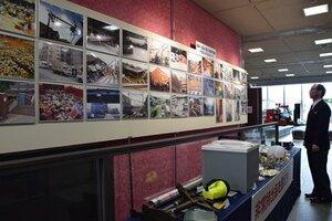阪神大震災発生時の神戸の状況を写した写真パネルなどが並ぶ会場(京都市南区・市市民防災センター)