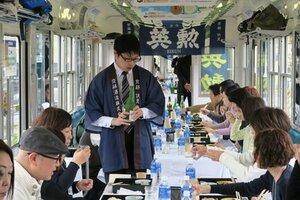 電車内で清酒と弁当を楽しむ「えいでん日本酒電車」
