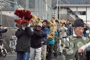 わらで編んだ大蛇を担ぐ住民たち(京都市山科区小山)
