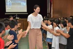 講演後、児童たちと笑顔でタッチしながら会場の体育館を後にする大山さん(綾部市上野町・綾部小)