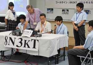 アマチュア無線を使って国際宇宙ステーションに滞在する宇宙飛行士に質問する生徒(京都市伏見区・京都橘中・高)