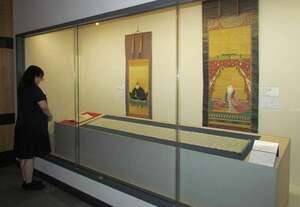 浅井三姉妹らの肖像画や書状が並ぶ会場(長浜市公園町・長浜城歴史博物館)