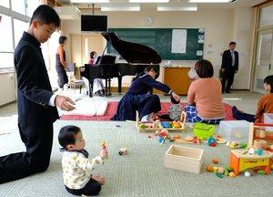 音楽室で行われたぽこぽこくらぶに参加した乳幼児や中学生ら(南丹市美山町)