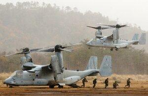 着陸したオスプレイから駆け出す米海兵隊員(3日午後3時18分、高島市今津町・陸上自衛隊饗庭野演習場)