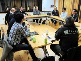 世代を超えて議論するトライプロジェクトチームのメンバー(京都市中京区・京都木材協同組合)