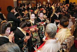 始業式を終え、笑顔でお神酒を受ける芸舞妓ら(7日午後1時23分、京都市東山区・ギオンコーナー)