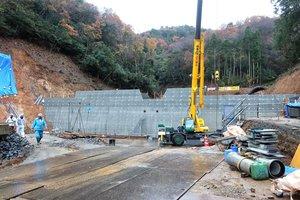 避難指示が解除された地区付近で、12月中の完成を目指して建設が進められている砂防堤防(京都府舞鶴市上福井)