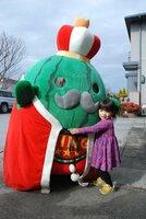自宅にやってきたジャンボ~ル三世に抱きつく女の子(彦根市平田町)