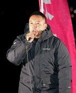 れいわ新選組の山本太郎代表(6日午後6時10分、京都市中京区・鴨川三条大橋下流右岸)