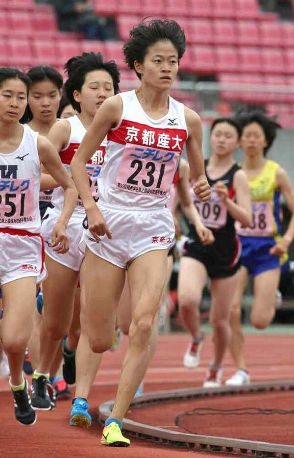 女子1500メートル決勝 優勝した京産大の橋本(中央)=西京極
