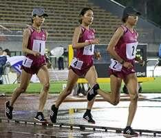 MGCに出場するワコールの福士(右)、一山(中央)、安藤=7月、西京極陸上競技場(現・たけびしスタジアム京都)