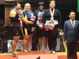 世界選手権の女子無差別級で準優勝し、表彰台で記念撮影する今(左)=10月13日、堺市 立命大相撲部提供