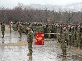 訓練開始式に臨む陸上自衛隊員(奥)と米海兵隊員=4日午前8時17分、高島市今津町・陸上自衛隊饗庭野演習場