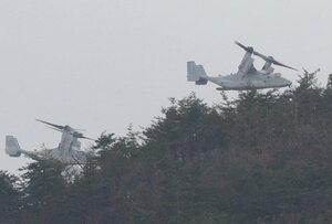 演習場の山際を飛ぶオスプレイ(4日午後2時8分、高島市今津町梅原から望む)
