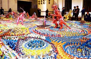 特別出品された美術家藤浩志さんの大作(18日午後6時39分、京都市中京区・京都文化博物館別館ホール)