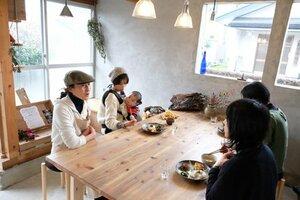 器カフェをオープンし、客との会話を楽しむ市村さん(左)=南丹市日吉町胡麻[LF]