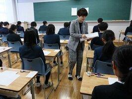 問題が配布され、試験開始を待つ受験生たち(京都市上京区・鴨沂高)