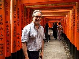 学会に出席するために京都を訪れた際、伏見稲荷大社を観光するセメンザ氏(9月27日、京都市伏見区)=原田教授提供