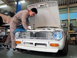 約50年前に製造された旧型車の修理を行う吉良さん(福知山市岩間・吉良自動車)