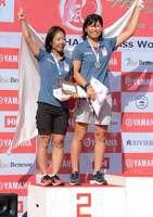 セーリング470級世界選手権で銀メダルを獲得し、東京五輪代表に決まった吉田愛(左)、吉岡美帆組=神奈川県江の島ヨットハーバー