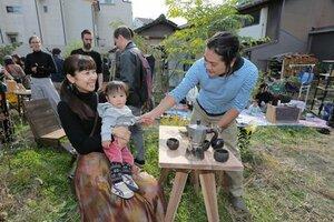 本町エスコーラの広場で開催されたイベントを楽しむ隅田一家(京都市東山区)[LF]