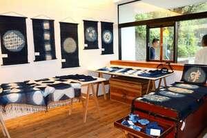 藍染めの作品が並ぶギャラリー「保津浜TERRACE」(京都府亀岡市保津町)