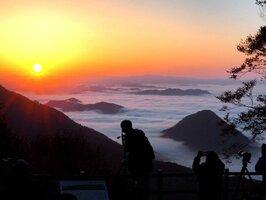 朝日に照らされた大江山連峰の雲海(22日午前6時18分、福知山市大江町北原・鬼嶽稲荷神社)