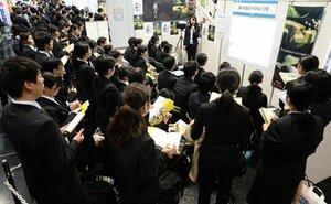 企業のブースで採用担当者の説明を聞く学生たち(1日午前11時23分、京都市左京区・みやこめっせ)
