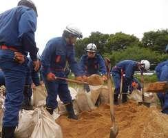 災害に備え土のう作りの訓練に励む地域の消防団員ら(長岡京市)