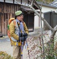 日本横断の旅で甲賀市内の旧東海道を歩く石川さん(同市土山町)