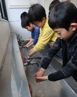 歌を口ずさみながら、手を丁寧に洗う児童たち(京都市上京区・西陣中央小)