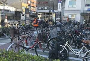 駅前の路上に設けられた「まちかど駐輪場」。満車状態が続く場所ではラック外の駐輪もあり、業者が定期的に撤去している(京都市中京区)