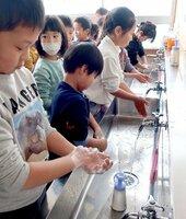 インフルエンザ予防のため、念入りに手洗いする子どもたち(長岡京市長法寺・長法寺小)