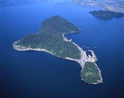 琵琶湖に浮かぶ沖島(滋賀県近江八幡市)。人口は約200人と半世紀で半分以下になった。高齢化率は40%を超え、主要産業である漁業の後継者不足も深刻。