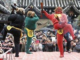 たいまつや剣などを振りかざし舞台を歩く鬼たち(3日午後3時30分、京都市上京区・廬山寺)