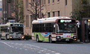 並行路線も多い京都バス(右)と京都市バス。トラフフィカ京カードの利用などで連携を強化する=京都市中京区